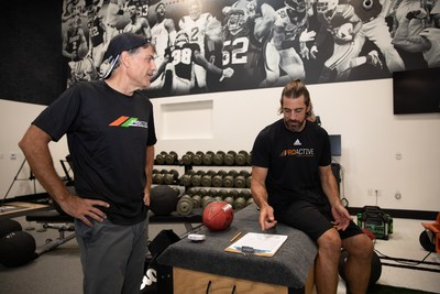 Aaron Rogers works out alongside John DeSimone, President of Herbalife Nutrition, at the new Proactive Fueled by Herbalife Nutrition Facility in Westlake Village, CA during a grand opening event today. The multi-million-dollar training facility caters to professional and amateur athletes with physical conditioning, sports rehabilitation, and personalized nutrition management. (PRNewsfoto/Herbalife Nutrition (NYSE: HLF))
